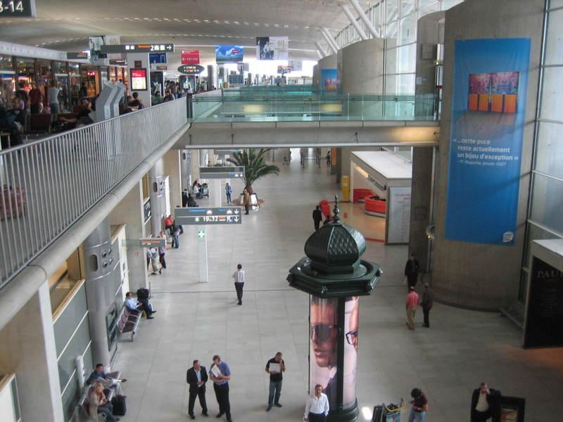 Charles_de_gaulle_airport_near_pari