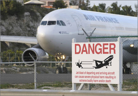 Danger_sign_at_sxm_2