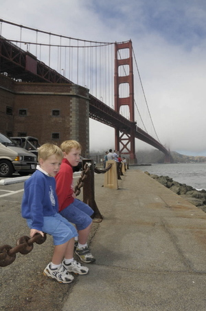 Boys_under_golden_gate_2